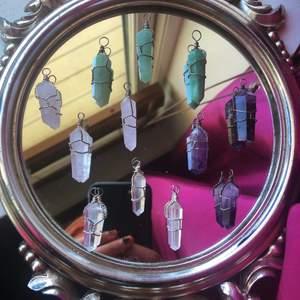 """Nu säljer jag fler av mina populära kristall hängen!! De fyra olika kristallerna jag säljer är Adventurin, Amerist, Rosenkvarts och Bergskristall (se bild tre🥰) jag kommer att sälja varje kristall för 80kr+12kr frakt. Om ni vill se fler bilder eller bara har en fråga så är det bara att trycka på den gröna knappen """"kontakta"""" så svarar jag så snabbt jag kan!!💞☺️"""