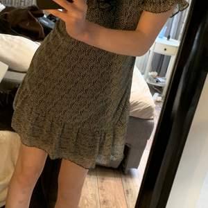 prickig klänning med puffiga ärmar och som är jättefin upptill❤️