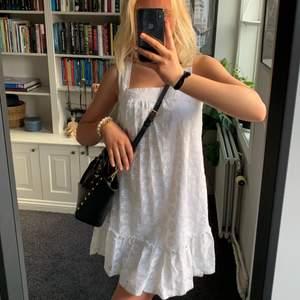 Så härlig klänning till sommaren eller studenten💘💘💓💓från hm (gammal kollektion)!! Kan skicka men köparen står för frakt:)jag är 173 cm HÖGTSA BUD 100