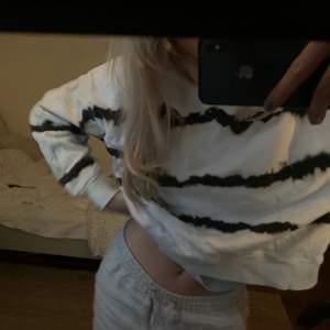 Säljer denna sweatshirt som har ett mönster som liknar tie dye!! Får ej användning av den och därför säljer jag, Strlk XS men passar även en S!❤️❤️
