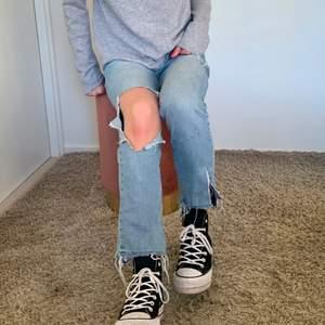 Säljer dessa så snygga jeans från Mango i storlek 36. De är i en rak modell och slutar precis över skorna på mig som är 170. Sjukt snygga slitningar, perfekt till vår och sommar💗