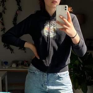 gullig tröja från quiksilver. köpt secondhand men har aldrig kommit till användning av mig. barn storlek men passar xs :) så coolt tryck ! vet inte riktigt vad frakten kostar men runt 60/80kr 😋 skriv gärna om du undrar något !