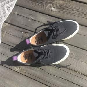 Superfina sneakers från eytys💞 Perfekta till våren! Tror nypriset var 1800kr men säljer för 500kr då det dem är lite slitna på innerkanten, men inget man tänker på när man har dem på sig!