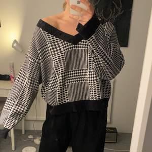 Stickad tröja från Gina tricot. Storlek L och sitter overzise på mig som har s/m i vanliga fall 😇 Frakten ingår ej i priset.