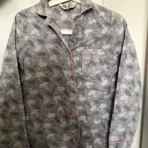 Fin skön pyjamas för vinter och höst. Storleken passar XS-M. Använt den 3 gånger inte min stil. För längden så passar den perfekt 165-169.♻️❤️