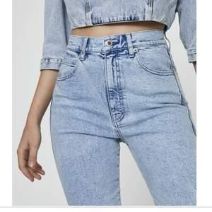 Säljer ett par så fina mom jeans ifrån pull and bear då dom tyärr blivit försmå! Har dessa i både blå och svart och du kan få båda för 500kr eller 300kr styck. Dom passar bra på nån mellan 160-165cm och då går dom till ankeln ungefär. Dom är i storlek 34 men väldigt stretchiga och såå sköna!!😍😍