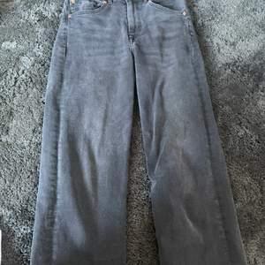 Säljer dessa jättefina gråa jeans som tyvärr har blivit för korta för mig. Jag är 165 och för mig är dom lite korta. Dom är i bra skick och är från h&m.