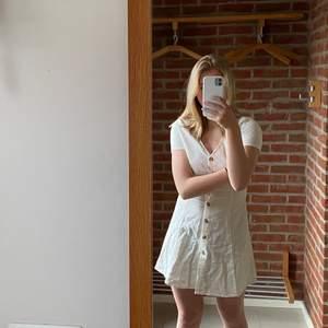 Super fin klänning nu till sommaren i linne! Säljer då den blivit för lite för mig! Använd Max 1 gång därav ny skick!