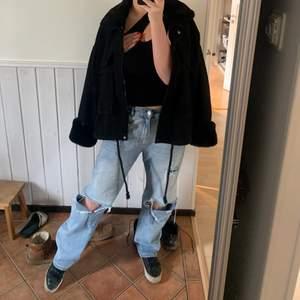 90-talsinspererade straight jeans i unisex-modell med revor från COLLUSION!! innerbenslängden är 86 cm, och jag är ca 170 cm!!❤️