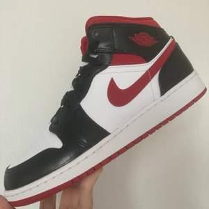 Helt nya Jordan 1 mids Gym Red - Size EU 40 / US 7 Köpta på Nike vid släpp och självklart finns onlinekvitto som medföljer vid köp! ✌🏼👀 🧾  Har massa referenser från tidigare deals tveka inte att fråga om du undrar något eller vill ha fler bilder tex 🙂