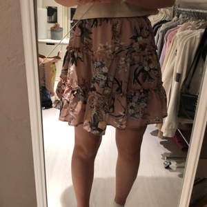 En jätte fin somrig och blommig kjol. Den är skön i materialet och resår i midjan. Du står för frakten✨