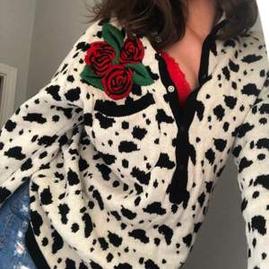 Ascool vintage tröja av designern J.C de Castellbajac!🐄Tröjan  går inte att köpa längre eller hitta på nätet! Vet alltså inte exakt vad den kostade vid inköp men me tanke på designern antagligen väldigt dyr, och säljer nu för 350!🤍