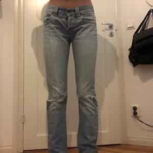 Second hand Armani jeans från 2000- talet i mega bra skick, sitter as bra på kroppen. W.25