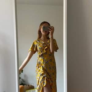 """Jättefin, skön blommig """"wrap dress"""" från Vero Moda i storlek S! Passar S/M 💛 Klänningen är i bra skick och säljs för 150kr inklusive frakt 💛"""