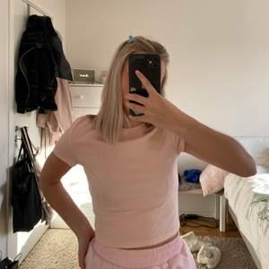 Rosa T-shirt i bra skick, tröjan är i en ljusrosa färg 💕
