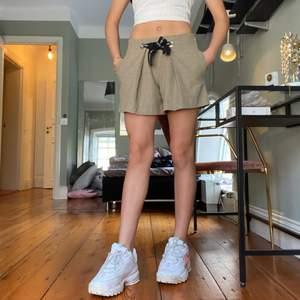 Supersnygg beige croppad kjol med inbyggda shorts och fickor i nyskick från Zara i storlek 140 på barn men skulle säga att den passar XS, säljer pga kommer inte till användning tyvärr :-(
