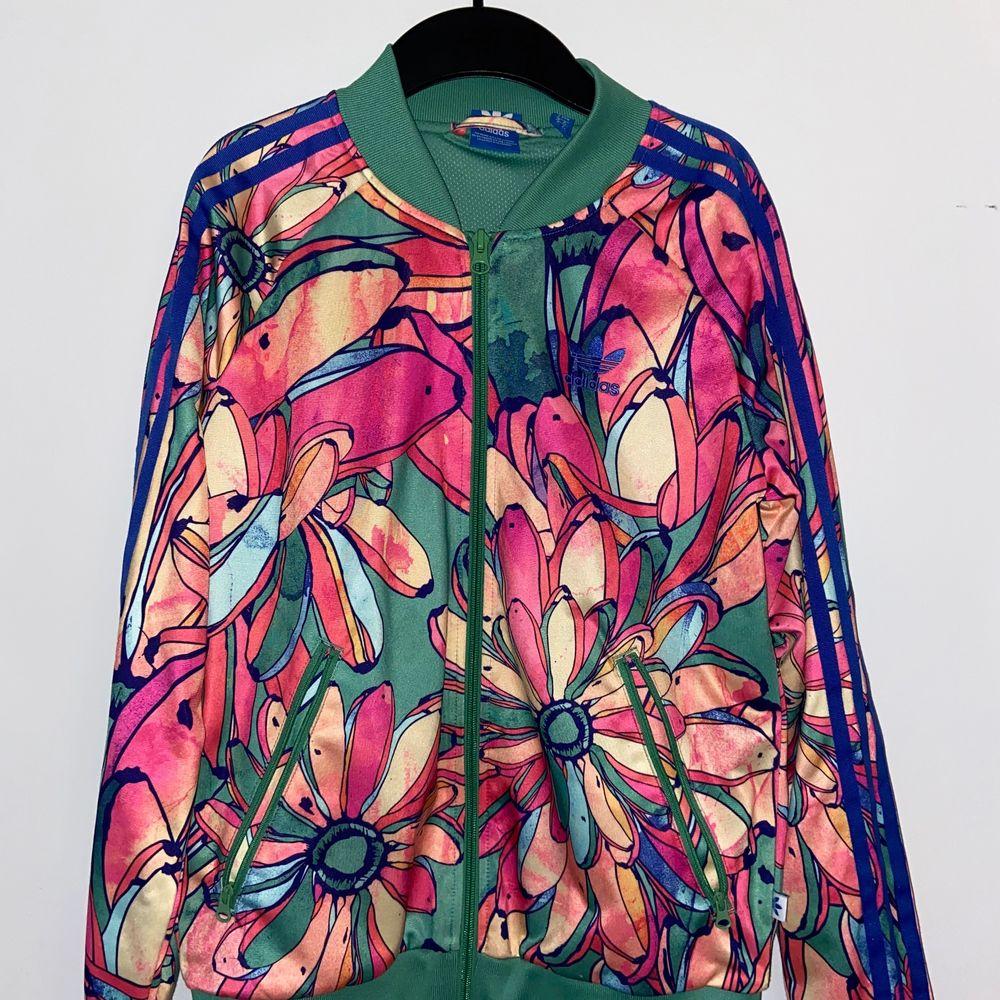 Säljer tyvärr min fina jacka från Adidas eftersom den aldrig kommer till användning längre. Bra skick. Endast använd ett fåtal gånger.. Tröjor & Koftor.