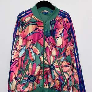 Säljer tyvärr min fina jacka från Adidas eftersom den aldrig kommer till användning längre. Bra skick. Endast använd ett fåtal gånger.