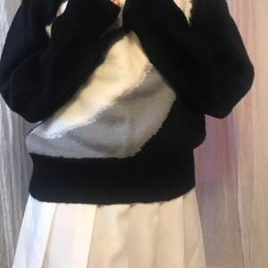 Super gullig, svart tröja med mönster på. Jätte fin med tenniskjol. Jag tror den passar alla passormer för den är töjbar😊