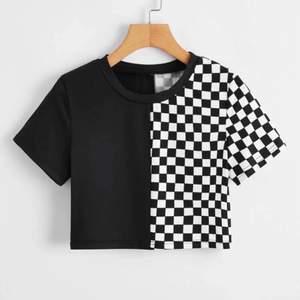 Jättecool och snygg t-shirt från SHEIN. Aldrig använt pga att jag inte har den stilen längre. Jag tog denna tröjan i storlek L när jag vanligtvis har S för att den nt skulle vara lika tajt och kort💞kom priv för mer bilder