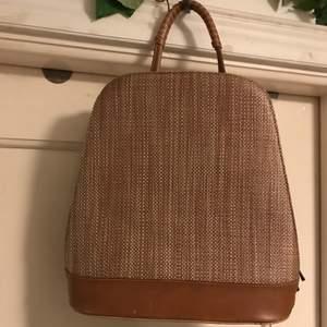 Cool väska som är både en handväska och en ryggsäck. Sparsamt använd.