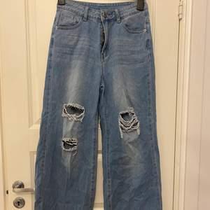 Jeans från SHEIN, bra material förutom knappen som sitter ganska löst. Säljer dessa för att de inte passar min stil längre