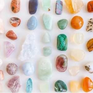 hej fina ni! säljer kristall kit! ett kitt innehåller 3-5 kristaller! både råa och trumblade! de kostar 100 kr med frakt! de är hemliga alltså att ni inte får veta vad de är för kristaller innan ni fått de, men ni får självklart önska! kram på er 🤍🤍🤍🤍🤍