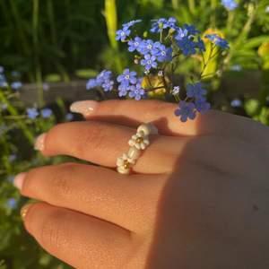 En super somrig och stilren ring🤩 handgjord och bra kvalitet❤️köp tre ringar och slipp frakt💕 Instagram:jewelry_by_m.k