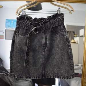 Svincool stentvättad kjol med lite paperbagmodell ✌🏼 Storlek 38 med en midja som går att spänna åt och justera.
