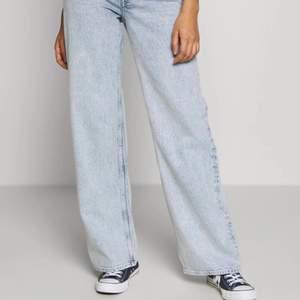 Säljer dessa tre jeans i storlek 29! Väldigt populära jeans från monki med nypris på cirka 400kr skicket är i top alla tre jeans för 600kr elr 200kr styck pris kan diskuteras