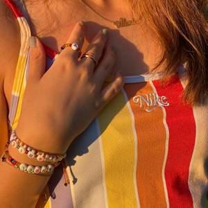 Somriga pärl smycken! Färg och bokstäver går att välja själv. Härliga färgkombinationer och personaliserade speciellt för dig!                                                                                    Armband med endast pärlor = 25kr                                  Armband med pärlor och bokstäver/design= 30kr                                       Armband med pärlor, bokstäver och design = 35kr             Ring med endast pärlor = 10kr                                                         Ring med pärlor och bokstäver/design = 17kr                                           Ring med pärlor, bokstäver och design = 25kr                              Halsband med endast pärlor = 25kr                                             Halsband med pärlor och bokstäver/design = 35kr                     Halsband med pärlor, bokstäver och design = 40kr                     Mobil accessoar med olika färgade pärlor, design och bokstäver = 50kr                                                                          Frakten är 14kr och betalningen sker via Swish.                          Telefonummer : 0704240695 eller 0739318367