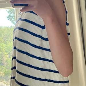 Mörkblå/vit-randig stickad vest som är ett halvår ny. Från zara i mycket bra skick.😊