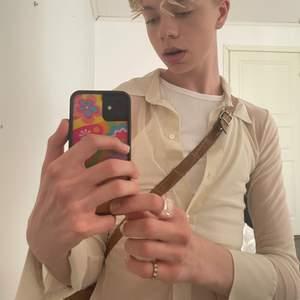 Tänkte kanske sälja denna jättefina beiga skjorta i mesh material från weekday. Den är endast använd någon enstaka gång efter att jag tog bort lapparna. Jättefin till sommaren men kommer tyvärr aldrig till användning av mig. Frakt tillkommer