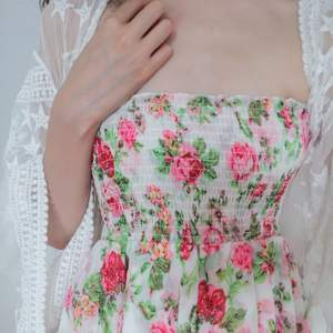 Säljer denna super gulliga och vackra floral pattern off-shoulder size S från Bik Bok, då jag bokstavligen aldrig använder pga den inte längre är min stil. P.S. som ni ser så kan den även användas som en kjol på andra bilden. 💛