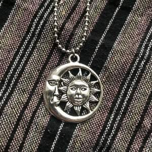 Sun&moon halsband i silverfärg 🪐🌞 Välj mellan vanlig kedja och kulkedja, på andra bilden kan du se de två alternativen. Frakt tillkommer på 12kr 🌜🧷