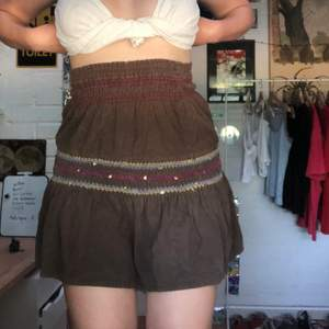 Brun super söt kjol, men för liten för mig (se bild 2) så får sälja den vidare. Lite 2000- tals stil🖤🖤endast direktköp