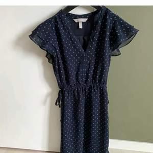 Blå klänning i samma modell som den gröna jag säljer och andra bilden visar hur den sitter på fast med den gröna, storlek 32/xs