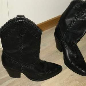Handgjorda cowboy-boots från mango. Fint skick. Dyra i inköp