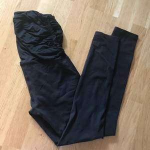The most comfortable, high quality maternity yogapants you will ever wear 👶  I didn't know it was maternity tights until I got home, so they work amazing even if you're not with a bump. Soft as baby skin both in the high waist and the legs. Original price: 110usd. Brand: Beyond yoga