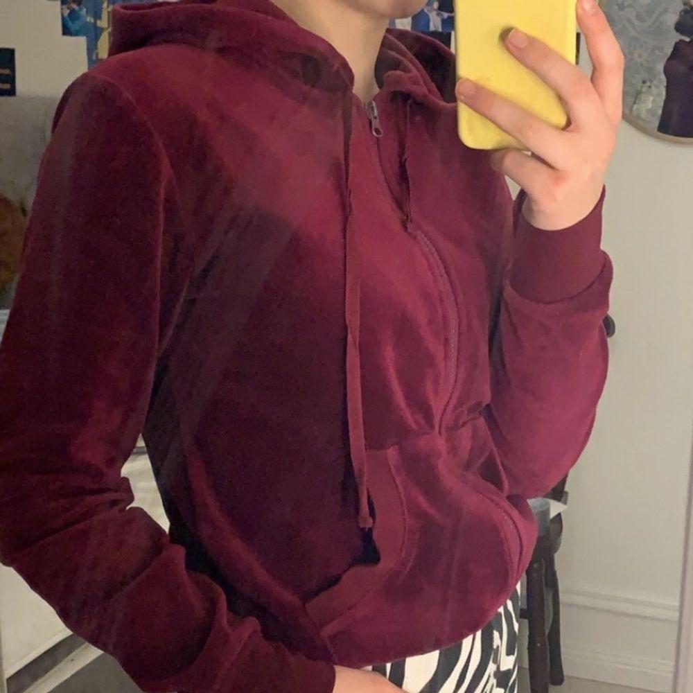 Hoodie med dragkedja i vinrött sammet, storlek S! Bra skick! Säljer för 80kr + frakt💕💕. Huvtröjor & Träningströjor.