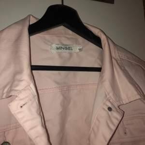 En LjusRosa jeans jacka med storlek 44. Funkar även som en oversize jacka. Aldrig använd och kommer från MINGEL