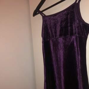 En vinröd tajt klänning från kappAhl i storlek S