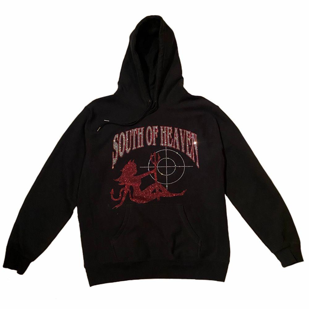 Svart rhinestone hoodie från south of heaven i storlek L (unisex). I mycket bra skick!. Huvtröjor & Träningströjor.