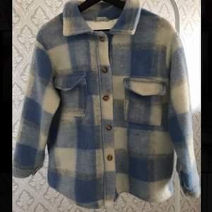 En blå rutig kappa/tröja köpt från bohoo, den är använd men är i fint skick då den inte har några skador mm.    Köparen står för frakten✨✨  200+frakt