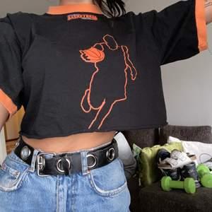 En ascool croppad t-shirt i storlek S använt skick men den svarta färgen är fortfarande svart och inte blekt alls🥰🤩 Köpt på en bloppis förra året!