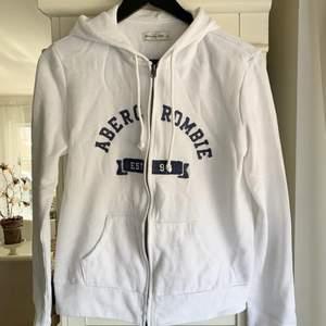 Säljer en (äkta!!) vit ABERCROMBIE & FITCH hoodie med marinblå text. Står storlek L, passar även M och S beroende på hur man vill ha passformen, ganska liten i storleken. I nyskick. Säljer för 120 kr. Köparen står för frakten!!