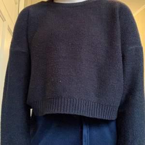 Skön stickad svart tröja från HM, säljer pga att den inte kommer till användning💗. Köpare står för frakt, pris går att diskuteras! Kontakta mig för fler bilder/frågor💕