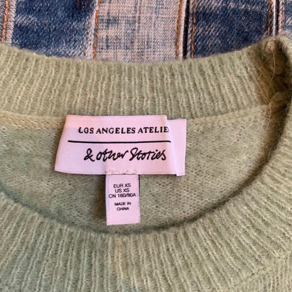 Grön stickad tröja från & Other Stories. 34% Alpacka 34% Ull och 32% Polyamid. Säljer även en likadan i Beige. Stickat.