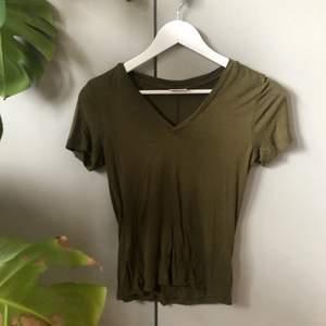 En mörkgrön tröja som knappt har används, den är från weekday, den är v ringad och sitter väldigt fint på