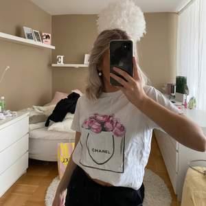 Säljer en vit T-shirt från Chanel, tröjan är i storlek S och i bra skick. 😊